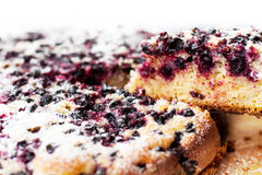 Geschmackvolle Torte mit Blaubeeren auf Holztisch Stockfoto