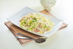 Geschmackvolle und gute Küche oder Getränk, die durch grelle Beleuchtung im Restaurant nehmen Stockbilder