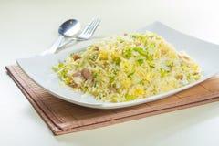 Geschmackvolle und gute Küche oder Getränk, die durch grelle Beleuchtung im Restaurant nehmen Lizenzfreies Stockfoto