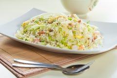Geschmackvolle und gute Küche oder Getränk, die durch grelle Beleuchtung im Restaurant nehmen Lizenzfreie Stockbilder
