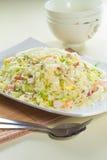 Geschmackvolle und gute Küche oder Getränk, die durch grelle Beleuchtung im Restaurant nehmen Stockfoto