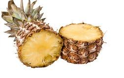 Geschmackvolle und reife Ananasscheiben über dem weißen BAC Lizenzfreies Stockfoto