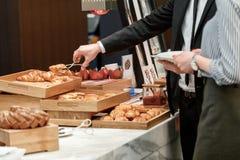 Geschmackvolle und süße Hörnchen am Buffet Lizenzfreies Stockfoto
