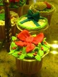 Geschmackvolle und schöne Kuchen am Eliseevskiy-Speicher in St Petersburg Lizenzfreie Stockfotos