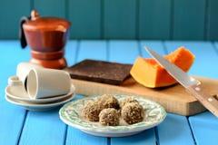 Geschmackvolle vegetarische Kürbistrüffeln im wallnut zerkrümelt mit neuem p lizenzfreies stockbild