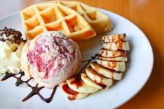 Geschmackvolle Waffel und Eiscreme mit Creme Lizenzfreie Stockbilder
