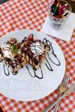 Geschmackvolle Waffeln mit Eiscreme, Erdbeeren und Schokolade Lizenzfreie Stockfotografie