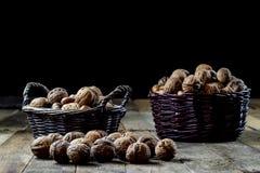 Geschmackvolle Walnüsse in einem Korb auf einem Küchentisch Pfad im Fallwald woo stockfoto