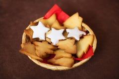 Geschmackvolle Weihnachten-coockies auf Platte, Dekoration Lizenzfreies Stockbild