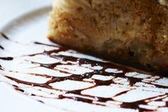 Geschmackvoller Apfelkuchen auf der Platte Lizenzfreie Stockfotos