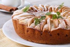 Geschmackvoller Apfelkuchen mit Minze und Zimt auf einem weißen Plattenmakro Stockfoto