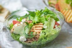 Geschmackvoller appetitanregender frischer Salat mit Huhn, Tomaten, Gurken und K?separmesank?se in der Sch?ssel Nahaufnahme stockbilder