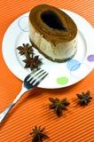 Geschmackvoller brauner Kaffeekuchen mit weißer Sahneschicht. stockfotografie