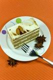 Geschmackvoller brauner Mandelkuchen mit weißen Sahneschichten. lizenzfreie stockfotografie