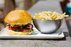 Geschmackvoller Burger mit geschmolzenem Käse und dick Stockbild
