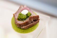 Geschmackvoller Canape mit Lamm und Minze stockfotos