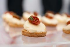 Geschmackvoller Canape mit Tomate lizenzfreie stockbilder