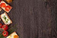 Geschmackvoller Canapeslebensmittel-Grenzhintergrund Lizenzfreie Stockbilder