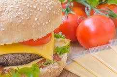 Geschmackvoller Cheeseburger mit Kopfsalat, Rindfleisch, doppeltem Käse und Ketschup Stockfotos