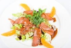 Geschmackvoller Fischsalatteller lizenzfreie stockbilder