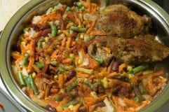 Geschmackvoller Fleischteller mit Gemüsenahaufnahme Lizenzfreie Stockfotografie