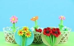 Geschmackvoller Frühling blüht Muffin Stockbilder