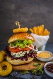 Geschmackvoller gegrillter Rindfleischburger mit Spinatskopfsalat und Blauschimmelkäse s Lizenzfreie Stockfotografie