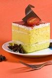 Geschmackvoller gelber Kuchen mit Sahneschicht und chocol Lizenzfreies Stockfoto