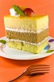 Geschmackvoller gelber Kuchen mit weißen Sahneschichten. Stockfotos