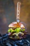 Geschmackvoller geräucherter gegrillter und glasig-glänzender Rindfleischburger mit Kopfsalat, Käse Lizenzfreies Stockfoto