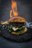 Geschmackvoller geräucherter gegrillter und glasig-glänzender Rindfleischburger mit Kopfsalat, Käse Lizenzfreie Stockfotografie