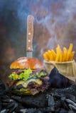 Geschmackvoller geräucherter gegrillter und glasig-glänzender Rindfleischburger mit Kopfsalat, Käse Lizenzfreies Stockbild