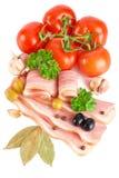 Geschmackvoller geschnittener Speck mit Gemüse und Gewürzen Stockbild