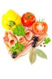Geschmackvoller geschnittener Speck mit Gemüse und Gewürzen Lizenzfreie Stockfotos