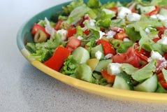 Geschmackvoller griechischer Salat mit Feta Stockfoto