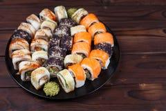 Geschmackvoller großer bunter Satz frisches japanisches Sushi maki rollt mit Lizenzfreie Stockbilder