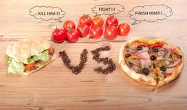 Geschmackvoller Hamburger und Pizza. vesrsus. gegen und einige Tomaten Lizenzfreie Stockfotos