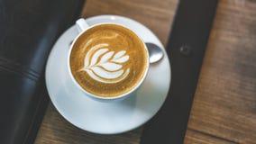 Geschmackvoller heißer Latte Art Coffee lizenzfreie stockfotografie