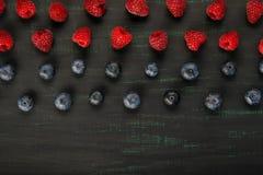 Geschmackvoller Hintergrund von verschiedenen Beeren, rot und schwarz und ein Platz für das Schreiben von der Unterseite Lizenzfreie Stockfotografie