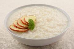 Geschmackvoller, köstlicher Nachtisch, Reispudding mit Äpfeln Lizenzfreie Stockfotos