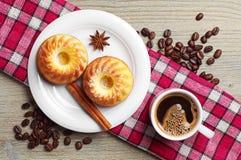 Geschmackvoller kleiner Kuchen und Tasse Kaffee Lizenzfreie Stockbilder