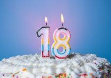 Geschmackvoller Kuchen mit Kerzen für achtzehnten Geburtstag Stockfotos