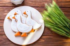 Geschmackvoller Lebkuchen saugen geformte Plätzchen auf einer Platte mit Teil eines Milchglases und mit dem Ohr des Weizens auf e Lizenzfreies Stockfoto