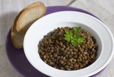 Geschmackvoller Linsenbrei mit Olivenöl Stockfoto