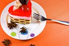 Geschmackvoller multy Schichtkuchen mit Schokoladendekorationen. lizenzfreie stockbilder