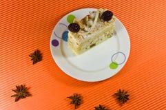 Geschmackvoller multy Schichtkuchen mit weißer Schokolade. lizenzfreie stockfotos