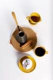 Geschmackvoller Nachtisch auf der runden Platte mit Cup coffe Stockbilder