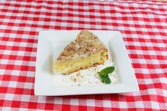 Geschmackvoller Nachtisch Ein Stück des Schwammkuchens mit Sauerrahm Stockbild