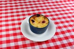 Geschmackvoller Nachtisch Kasserolle mit Äpfeln und Beeren Lizenzfreies Stockbild