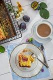 Geschmackvoller Nachtisch mit Pflaumenkuchen und -kaffee in der Landschaft lizenzfreie stockbilder